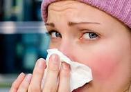 κοπέλλα σκουπίζει μύτη με χαρτομάντηλο