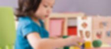 Enfant d'âge préscolaire en atelier d'intervention pour travailler un retard de développement