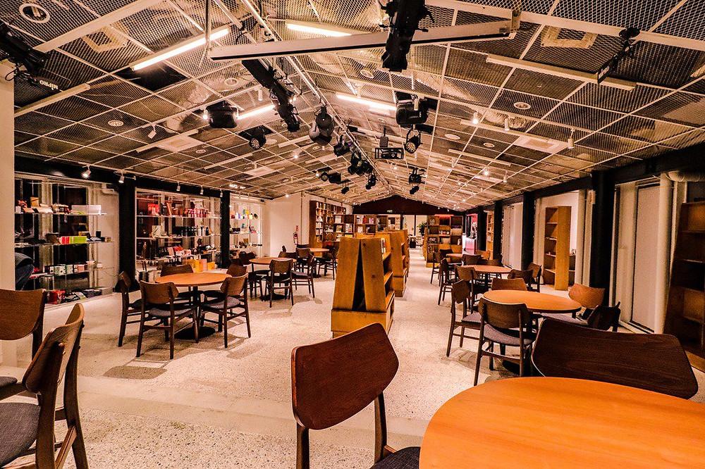 白天是擁有6000本主題藏書和上百件設計商品的有機書店,到了夜晚則化為全力推廣台灣新劇團、新文本、新製作的新秀劇場。
