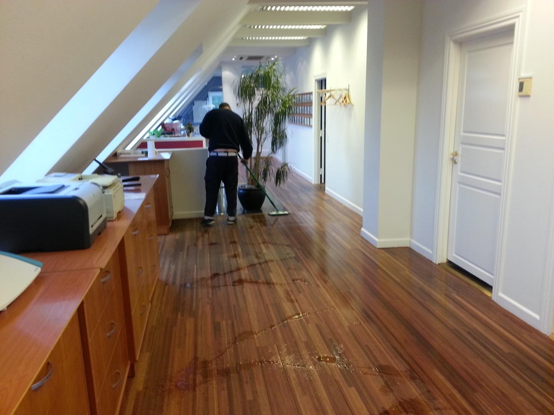 Vores medarbejder er igang med gulvbehandling