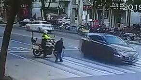 Αστυνομικός προστατεύει ηλικιωμένο για να περάσει το δρόμο!