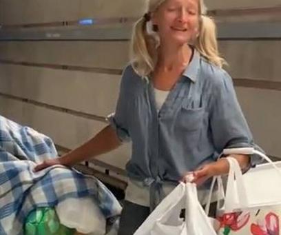 Μία άστεγη «μάγεψε» με τη φωνή της