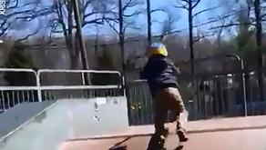 Έφηβοι έμαθαν σε παιδί με αυτισμό skateboard!
