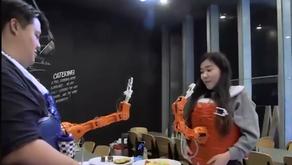 Ρομποτικό χέρι σας ταΐζει!