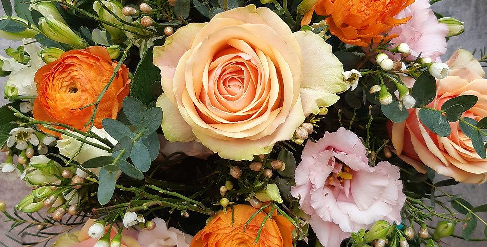 Arrangement de teinte saumon, rose et orange : roses et fleurs de saison -Rivieraflor Livraison Genève