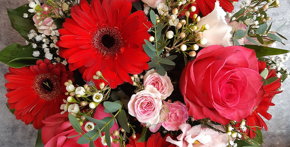Arrangement d'une rose fushia, gerbera rouge et fleurs de saison - Livraison Genève