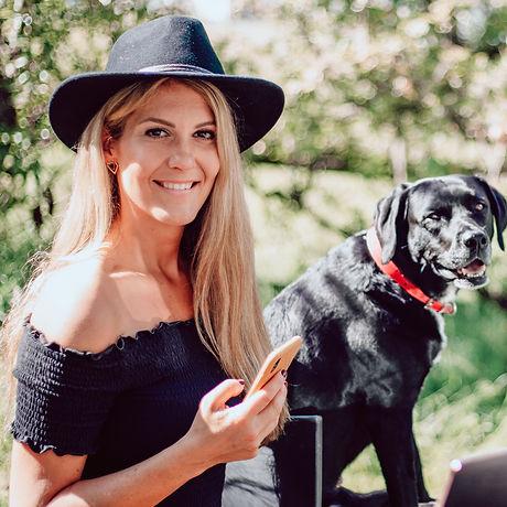 Trish mit Hund.jpg