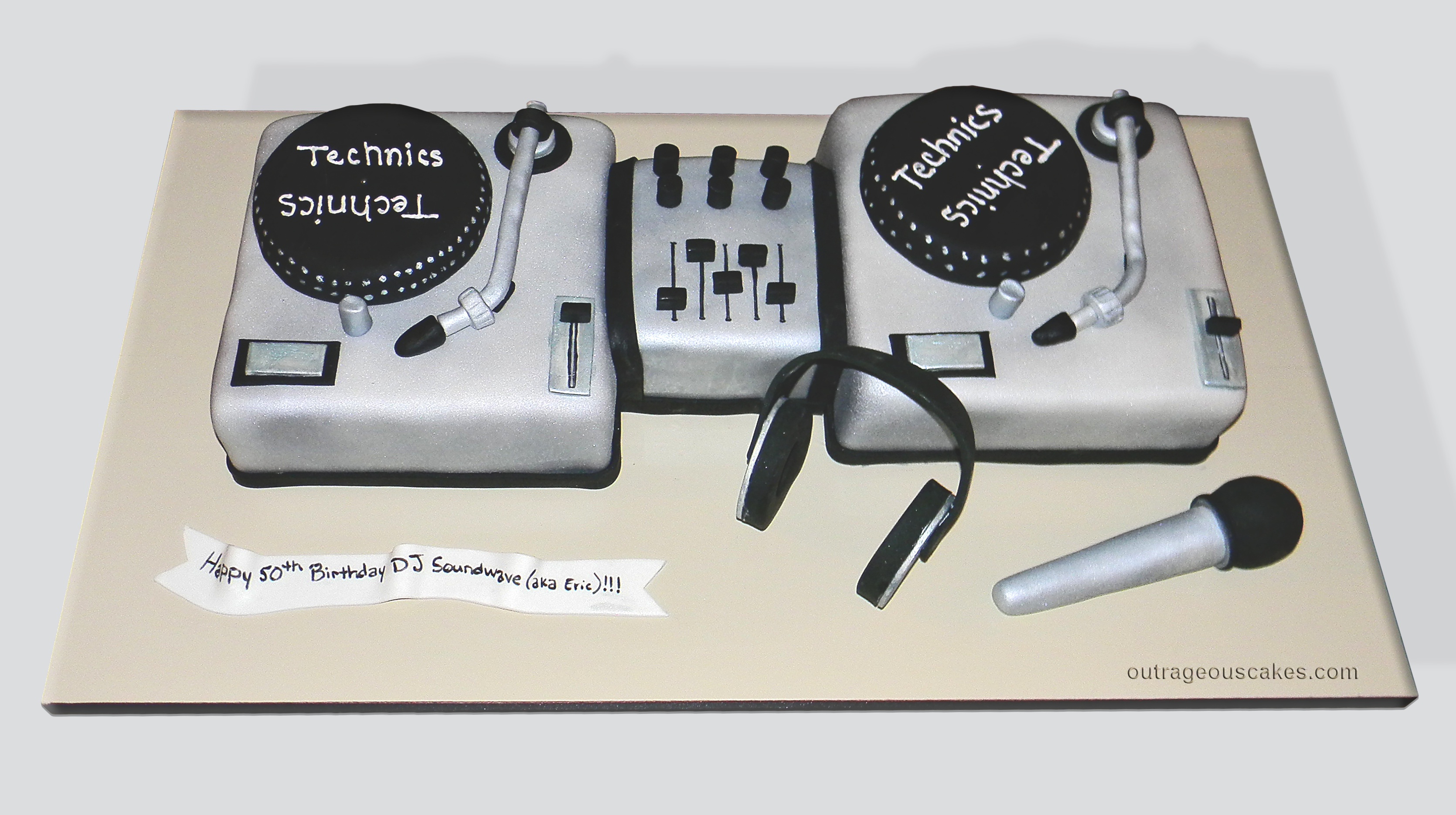 Two Turntables Cake