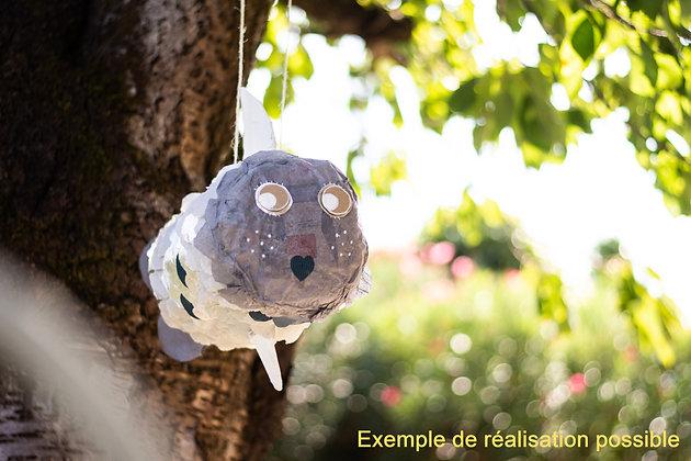 Pinata poisson grise, suspendu à un arbre réaliser grace au kit créatif Bo'kit