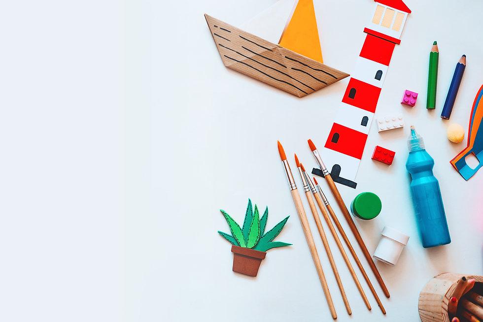 Fournitures de loisirs créatifs Bo'kit, pinceaux, colle, bateau en papier, crayons de couleurs, peintures. Differentes petites activités manuelles disposés sur une table.