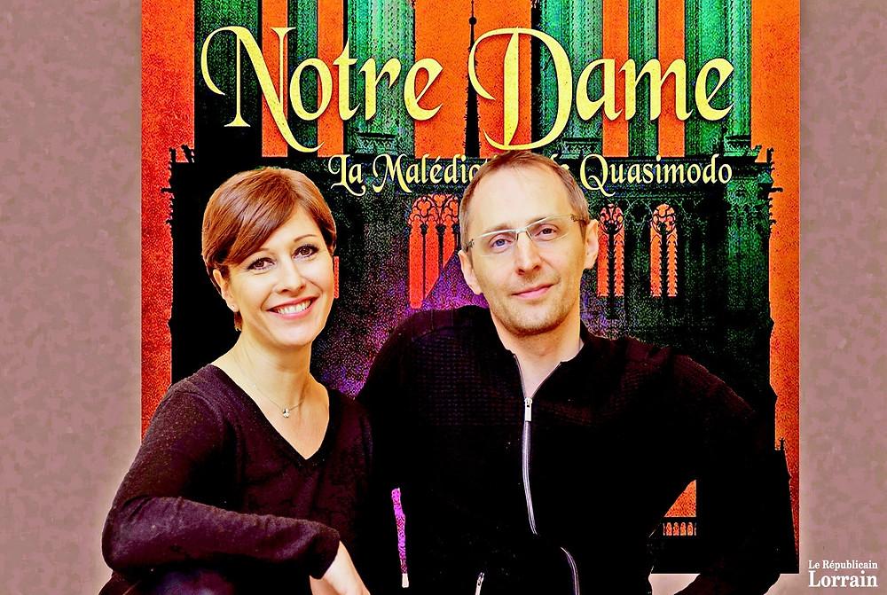 Sophie Delmas, notre metteuse en scène, et Rémi Delekta devant l'affiche de NDP