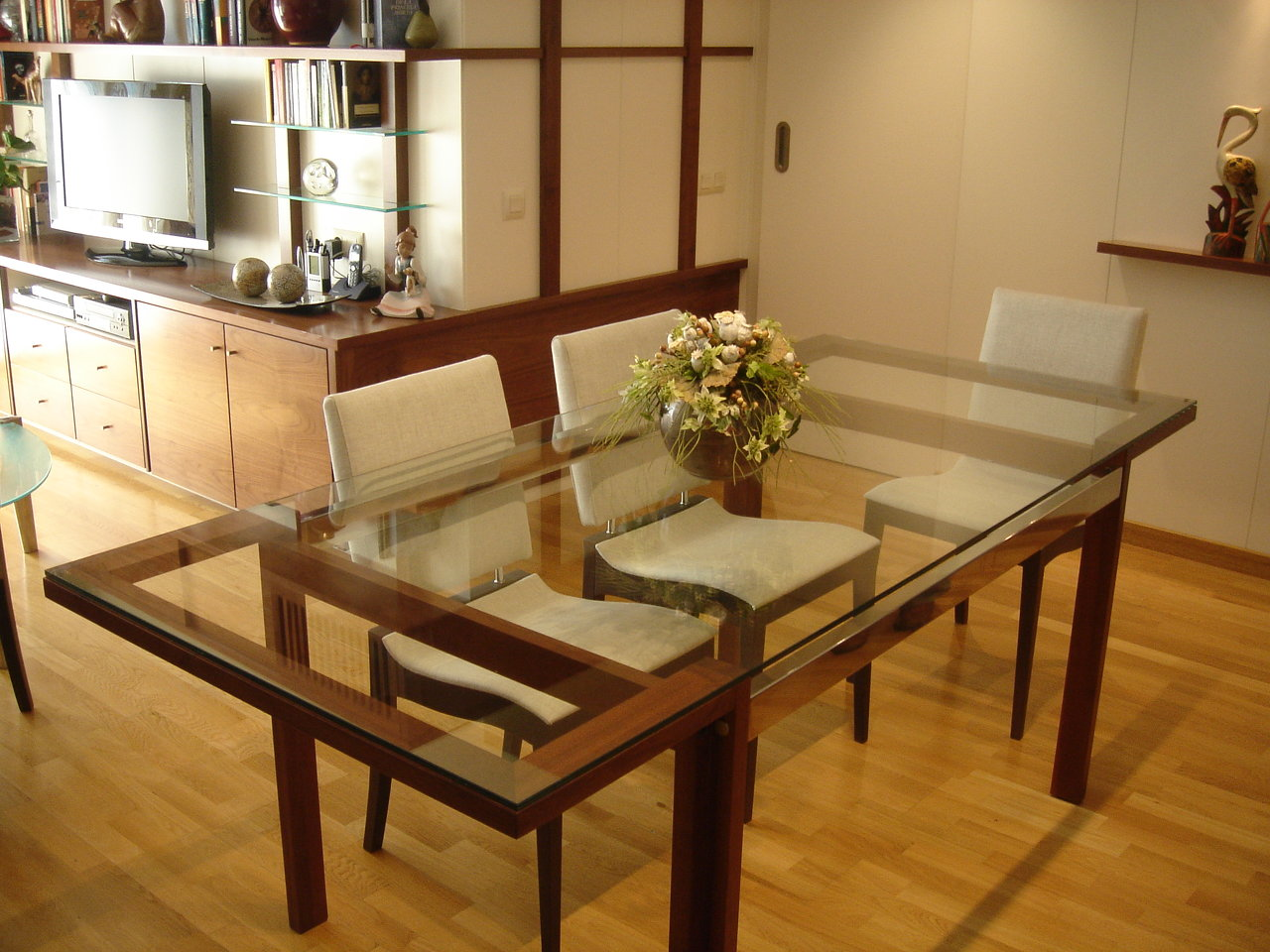 Mesa de comedor de madera y vidrio