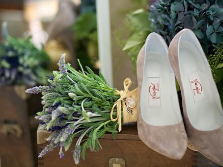 Novias sobre zapatos de terciopelo