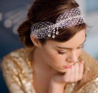 Peinados con cintillo para novias románticas