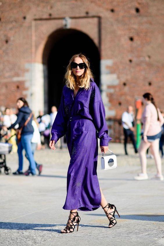 Invitadas vestidas en ultra violet