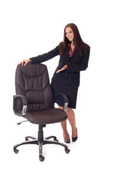 Frau mit Polster-Sessel