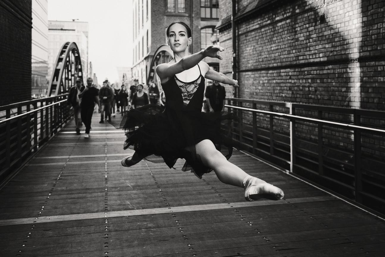 Jenny Schmidt Ballerina -  runing away from crowd - Hamburg