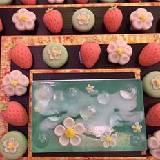 苺の花と果実とシャボン玉の和菓子入刀.jpg
