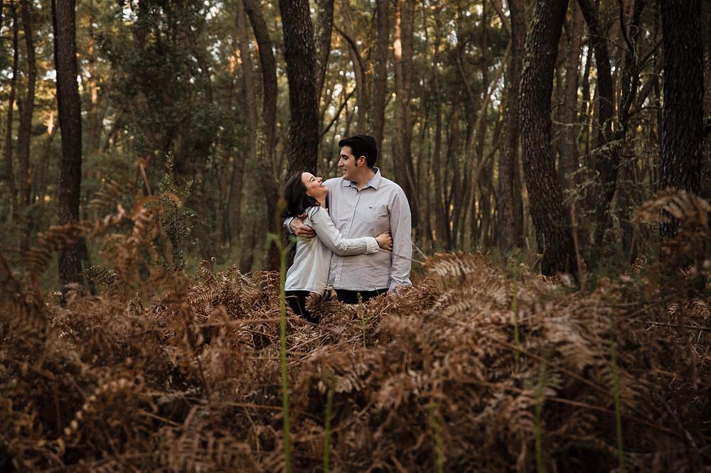 Sesion preboda en Extremadura, Bosque de pinos. Pinar de Talavera. Estrella Diaz Photovisual, fotografa de bodas en Badajoz, Merida, Sevilla, Huelva, Cadiz, Caceres. Reportaje de bodas natural. Extremadura y Andalucia.
