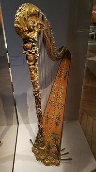 Vitrine harpe Marie-Antoinette.jpg