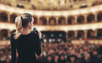 Femme au micro, assemblée