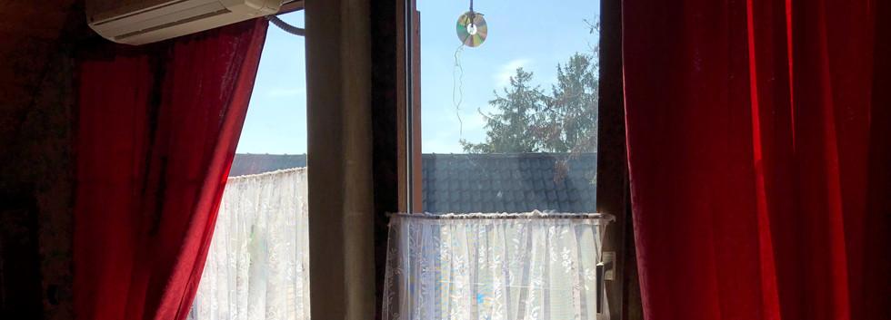 Große Fensterfront mit Klimaanlage