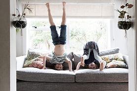 Enfants faisant des postures de yoga