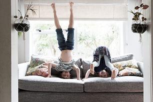 Kinder machen Handstand