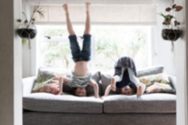 Niños haciendo Headstands