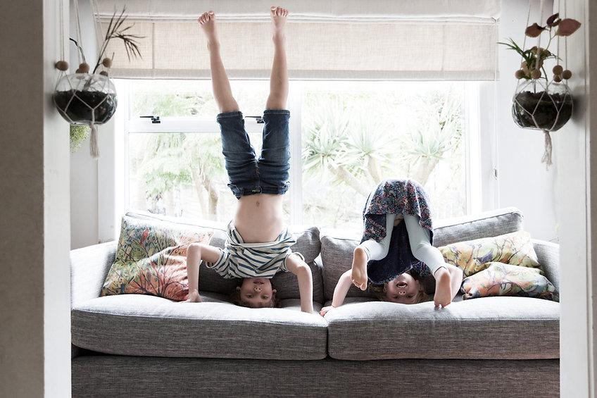 Enfants faisant des pommettes