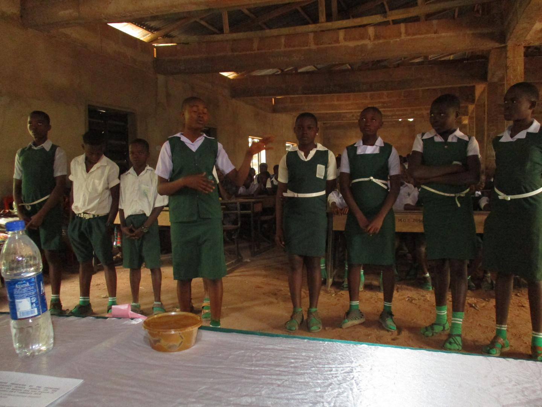 Die Schülerinnen haben ein Lied passend zum Thema Bildung vorgetragen.
