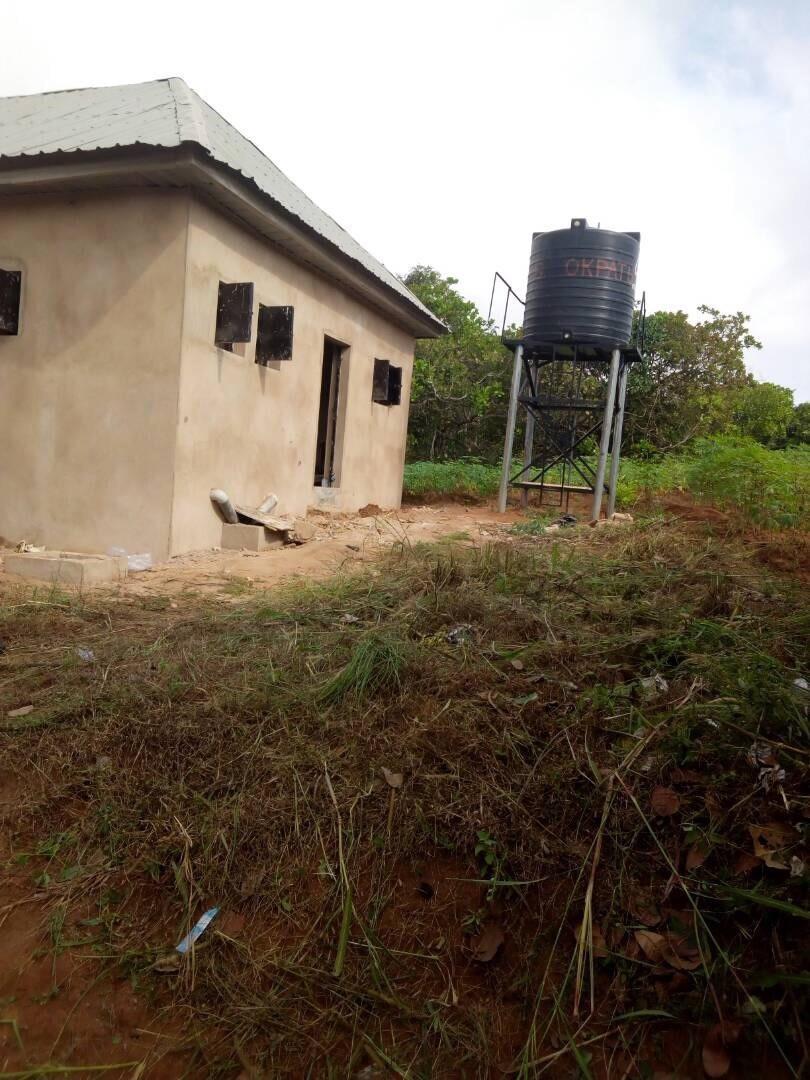 Der Wassertank versorgt die Toiletten mit frischem Wasser, das Wassergeld wird von der Schule getragen.