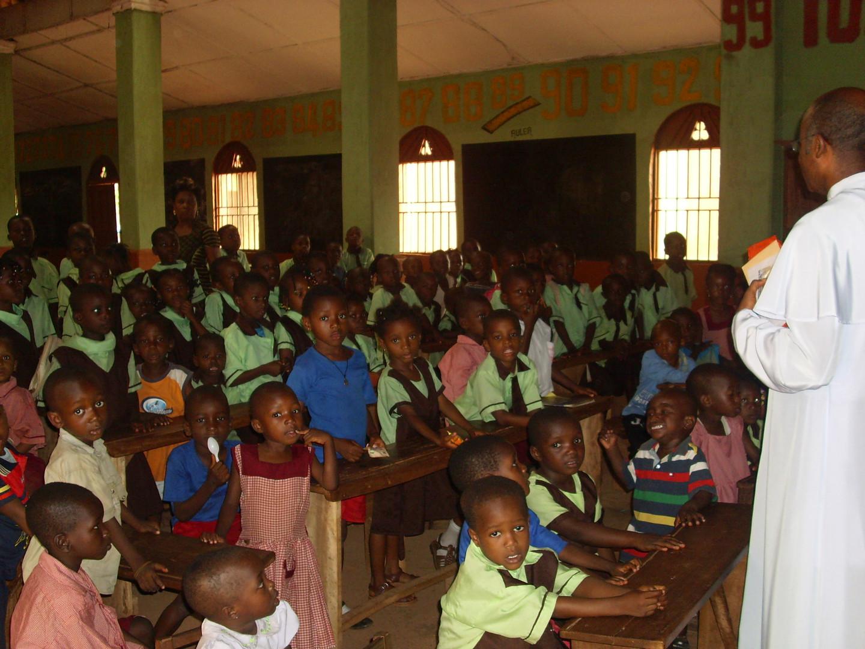 Das Foto wurde in der Primary Schule St. Patricks aufgenommen, wo wir viele Kinder unterstützen.
