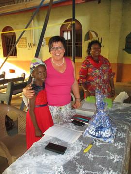Dieses Mädchen hat im Namen aller Kinder und Eltern der Gruppe von St. Patricks, Enugu, ein ganz persönliches Gebet für uns und alle Paten gesprochen. Es war sehr berührend. Ganz rechts im Bild ist die Sozialarbeiterin. Sie kümmert sich rührend um alle diese Kinder und ist in ständiger Verbindung mit Pfr. Geoffrey.