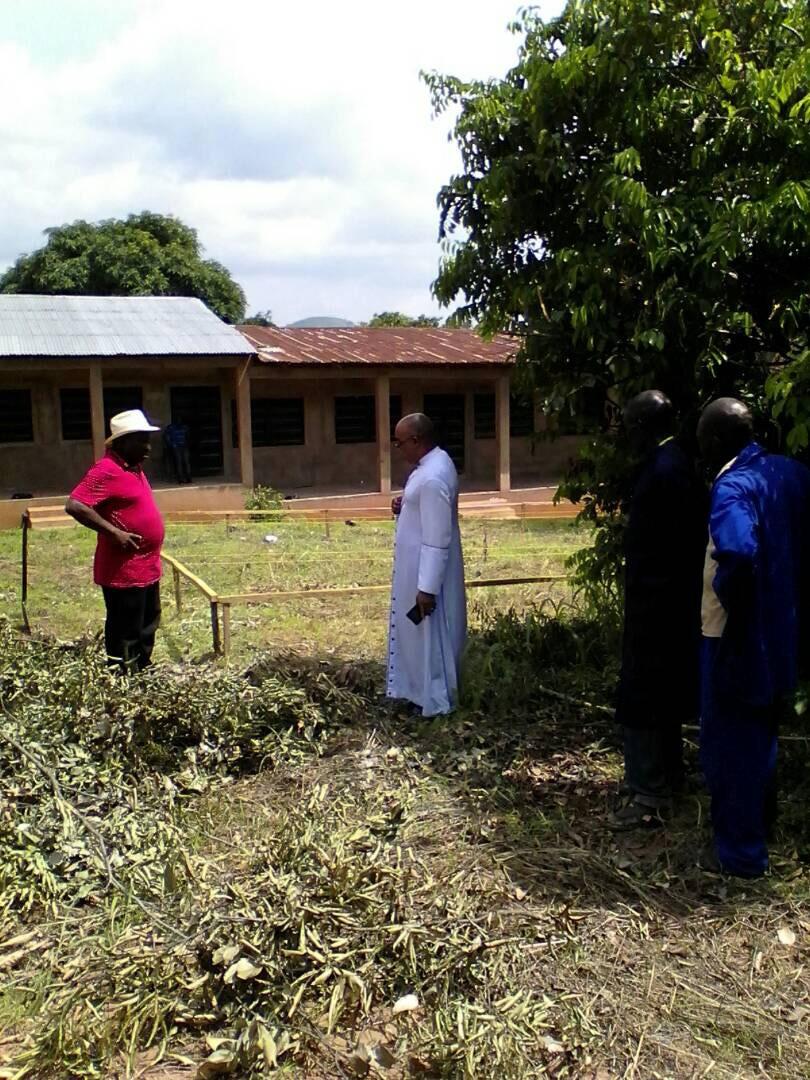 Pfarrer Geoffrey mit dem Architekten bei dem Vermessen des Grundstücks für den Toilettenbau.