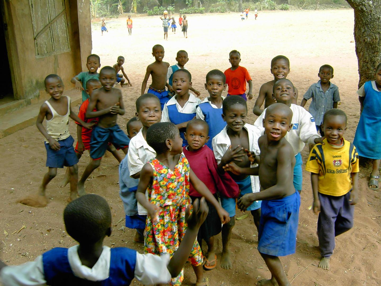 Die Kinder kamen aus dem Staunen nicht heraus, sie hatten sichtlichen Spaß mit  dem seltenen Besuch in ihrem Dorf.
