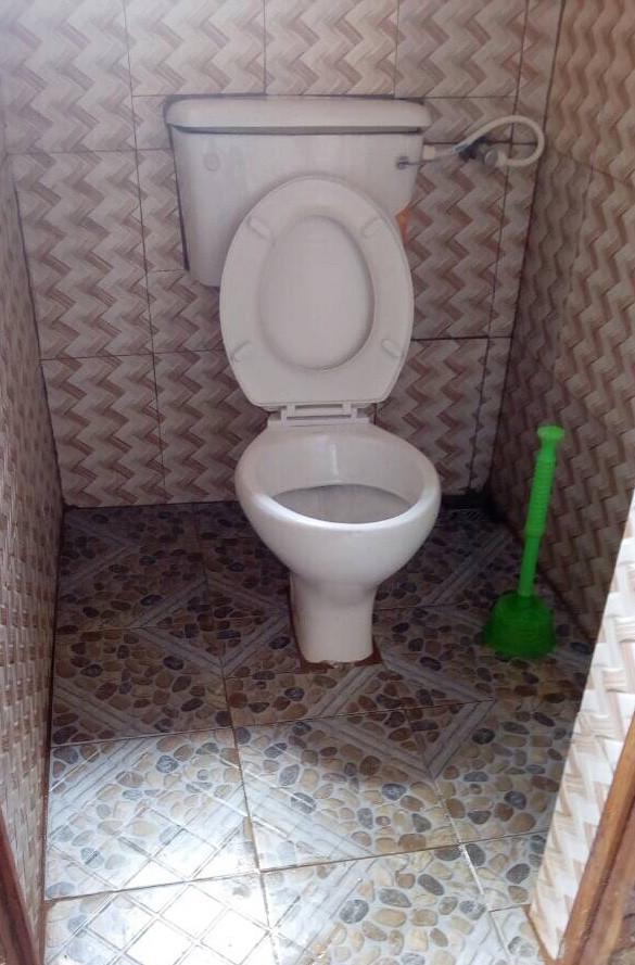 Eine moderne Toilette mit Wasserspülung ist was ganz außergewöhnliches für die Dörfer in Nigeria.