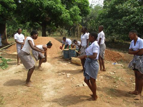 Die großen Schülerinnen führten einen traditionellen Tanz für uns auf. Die Jungs waren für die entsprechende Musik mit ebenfalls traditionellen Instrumenten zuständig.