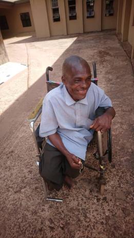 Pfarrer Geoffrey hat viele Behinderte Blinde und schwache Menschen in seiner neuen Pfarrei. Auch diese wurden mit den Spenden versorgt.