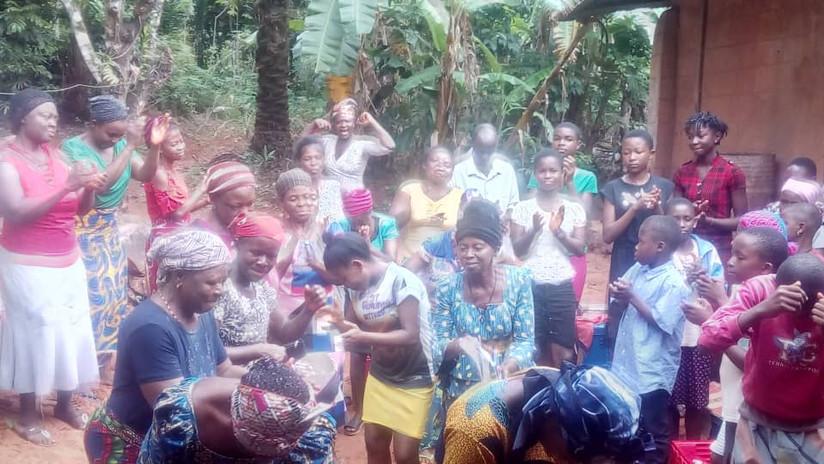 Die glücklichen Empfänger von Reis in Okpatu: Frauen und Kinder drücken ihre Dankbarkeit im Tanz aus.