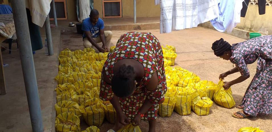 """Heute wurde der getrocknete Fisch abgepackt und für die Verteilung an die einzelnen  Kinder und ihre Familien vorbereitet. Egal ob Reis, Bohnen, Yamwurzeln oder Fisch, alles wurde zunächst in der Pfarrei von Pfr. Geoffrey sortiert und von den Sozialarbeitern, die übrigens ebenfalls mit einem kleinen jährlichen """"Gehalt"""" von Nwanne di namba unterstützt werden, entsprechend abgefüllt und dann direkt in ihren Gruppen an die Kinder verteilt."""