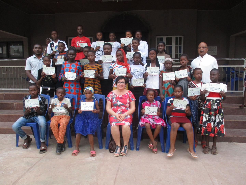 Auch in der ehemaligen Pfarrei von Pfarrer Geoffrey, St. Mary in der Stadt Enugu, gibt es eine Gruppe von Patenkindern die wir besuchten.