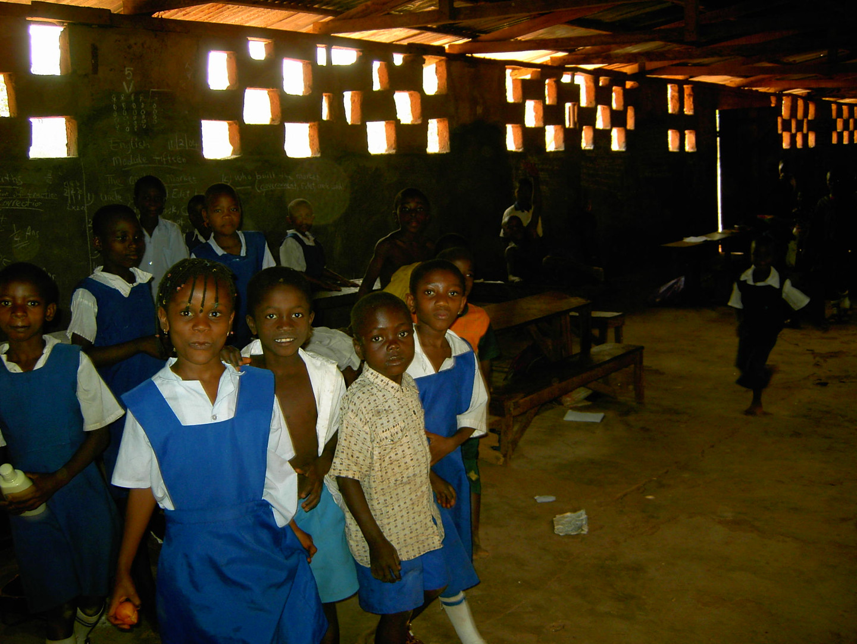 In dem Innenraum der Grundschule, hier werden alle Klassenjahrgänge unterrichtet.