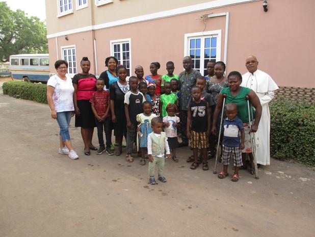 Die Gruppe der Kinder und Ihren Angehörigen von der Gruppe Holy Ghost in Enugu, der letzten Pfarrei von Pfr. Geoffrey,  haben, wie alle unsere Patenkinder sehr harte und traurige Erfahrungen machen müssen. Da ist z.B. ein erblindeter Vater, er war bis vor 10 Jahren in fester Arbeit als Bankangestellter, als eine Augenkrankheit ihn völlig erblinden lies,  mit fünf Kindern. Seine Frau konnte nach seiner Erblindung noch für die Familie sorgen, doch leider ist sie inzwischen plötzlich verstorben. Diese Familie ist komplett für Essen und für die Schulbildung auf Hilfe angewiesen. Ihre Dankbarkeit für die Schulpatenschaften ist grenzenlos.