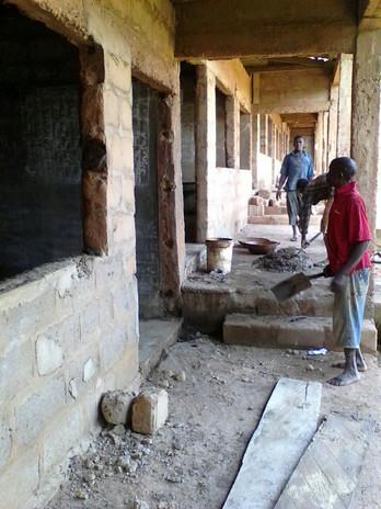 Den Betonfußboden und das Verputzen der Wände übernahmen alles örtliche Arbeiter.