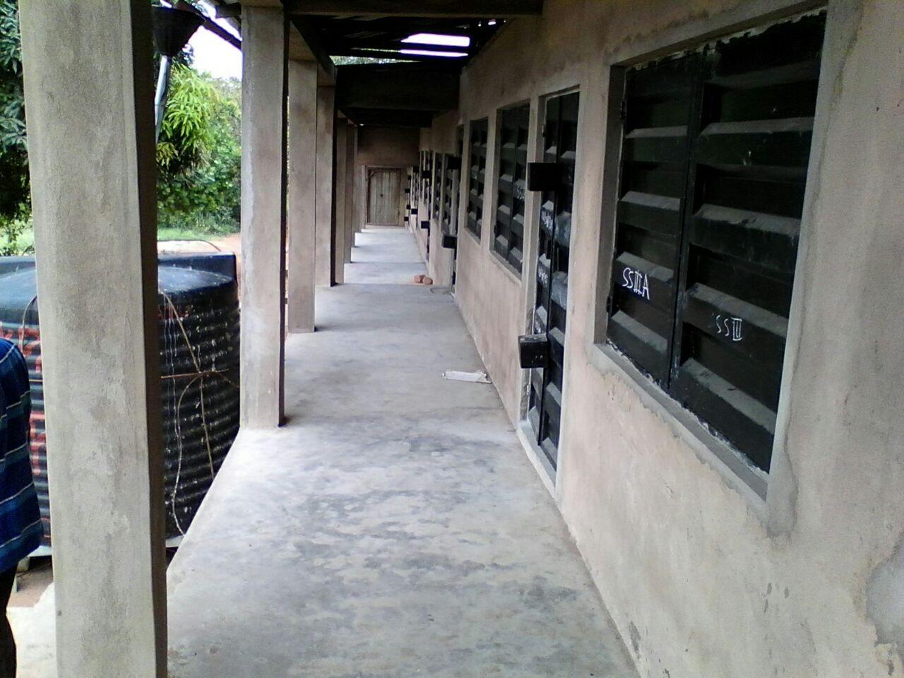 Metallfenster und Türen sind eingebaut und bieten neben dem Wetterschutz auch Sicherheit für das Schulmaterial der Kinder.