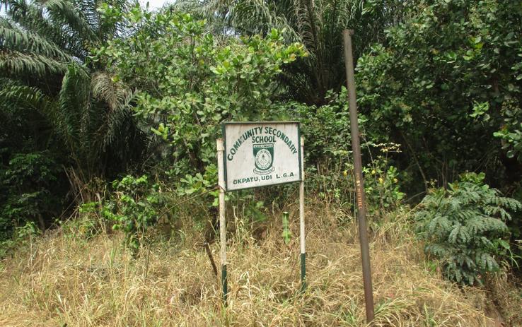 Das Hinweisschild der Community Secondary School in Okpatu.
