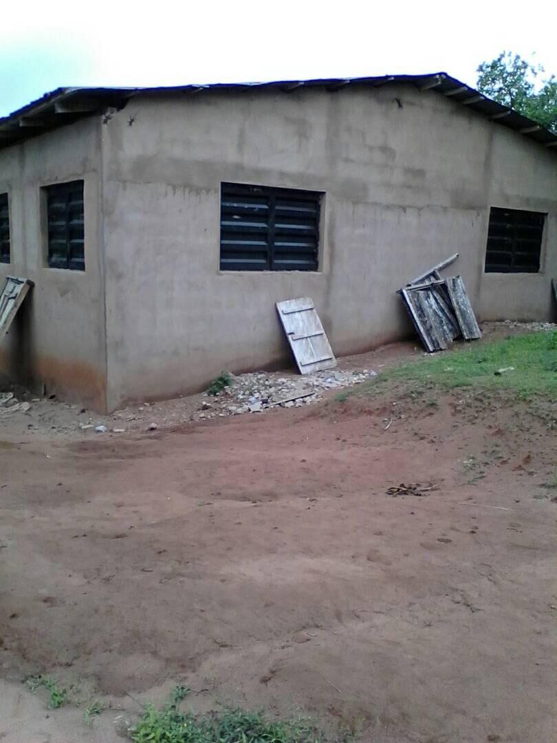 Hier sieht man noch die ausgebauten Holzbretter, die Schutz für das Lehrerzimmer boten.
