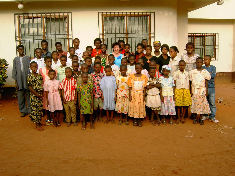 Das erste Treffen mit Ulrike Freisberg und den Patenkindern in Okpatu im Jahr 2004.