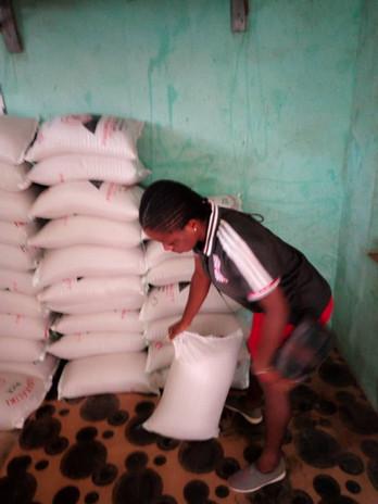 Die Auszubildenden oder Studenten wurden natürlich auch  alle mit Lebensmitteln versorgt. Hier holt sich gerade ein Mädchen den Sack Reis im Pfarrhaus ab.